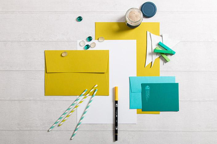 Flatlay der Sommer Colorpalette aus Colorplan Chartreuse, Türkis, Marrs Green und Rives Design