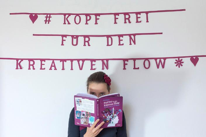 """Portrati der Autorin Roberta Bergmann hinter ihrem Sachbuch """"Kopf frei für den kreativen Flow"""""""