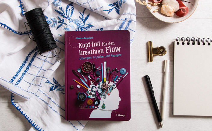 Flatlay des Sachbuchs Kopf frei für den kreativen Flow von Roberta Bergmann