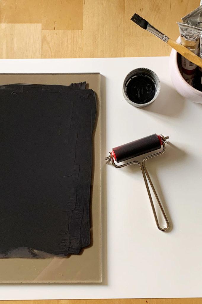 Farbrolle und Glasplatte mit Farbe für die Montoypie vorbereitet.