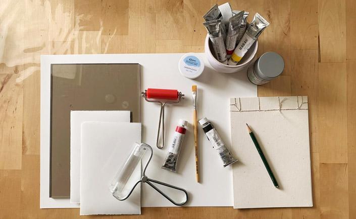 Aufsicht auf Werkzeuge für das DIY-Druckverfahren der Monotypie