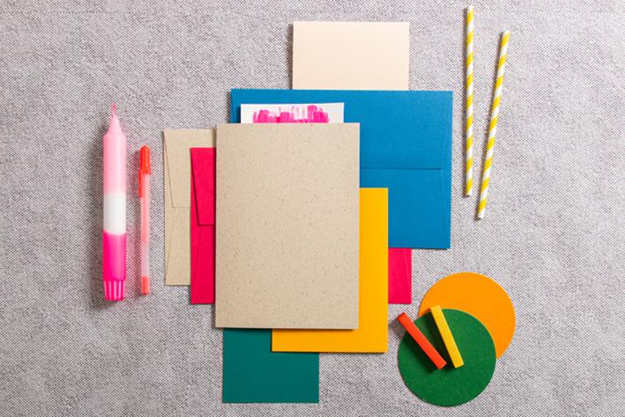 Sommerlicher Farbmix aus Umschlägen von Colorplan und Karten aus Graspapier