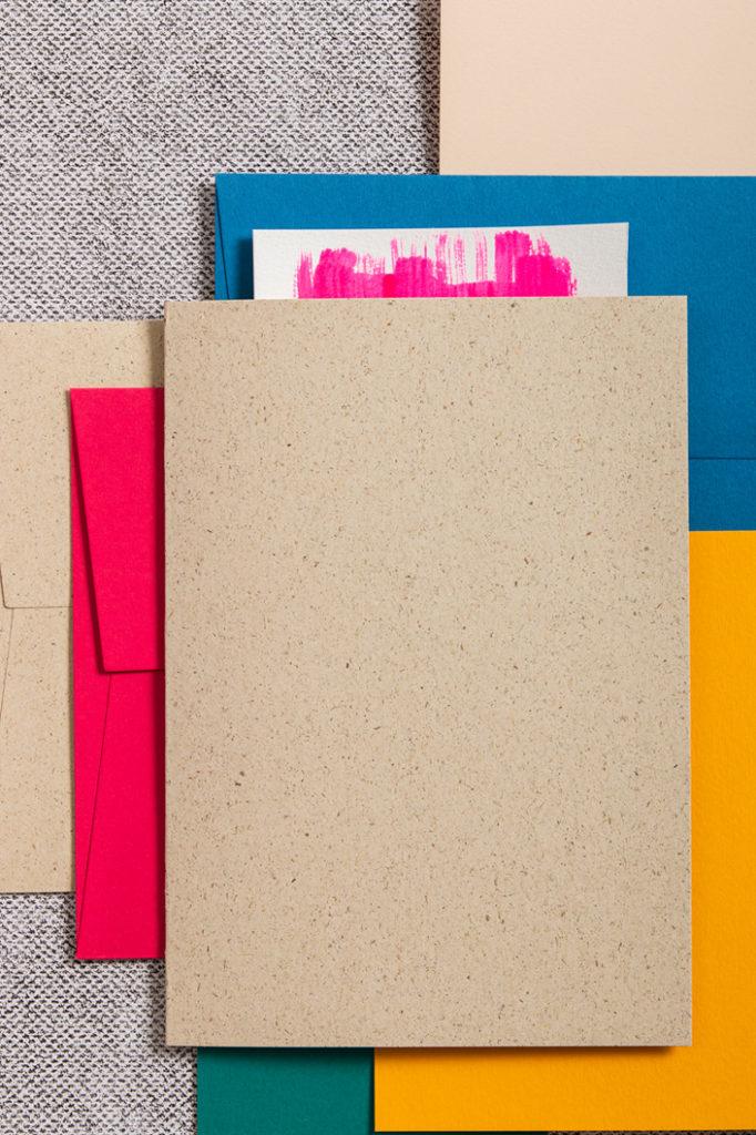 Farbenfrohes Zusammentreffen mit Karten aus Graspapier und Umschlägen von Colorplan