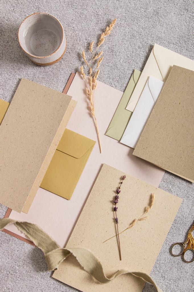 Mix aus natürlichen Tönen mit Karten aus Graspapier und Papieren aus der Crush Serie