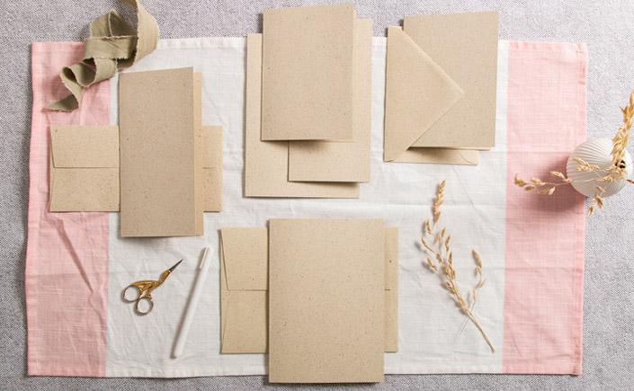 Klappkarten aus Graspapier in verschiedenen Formaten mit passenden Umschlägen