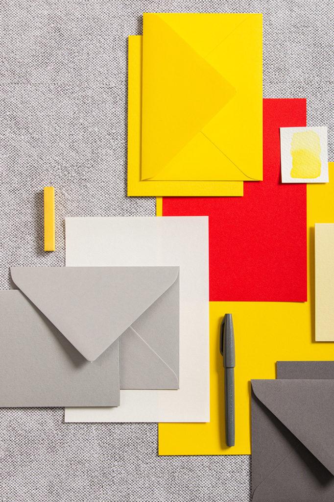 Karten und Briefumschläge der Sorte Colorplan in Gelb, Grau und Rottönen
