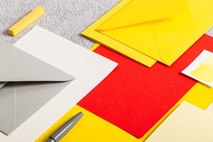 Mix aus Papier, Karten und Hüllen in den Farben Sonnengelb, Natur und Hellrot