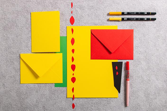Papeterie aus gelbem Papier mit Akzenten von Rot und Grün. Buntes Papier der Sorten Colorplan und, Color Trophée und Hot Colors.