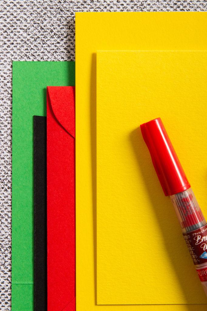 Farbpalette aus Papieren in Sonnengelb, Rot und Billardgrün