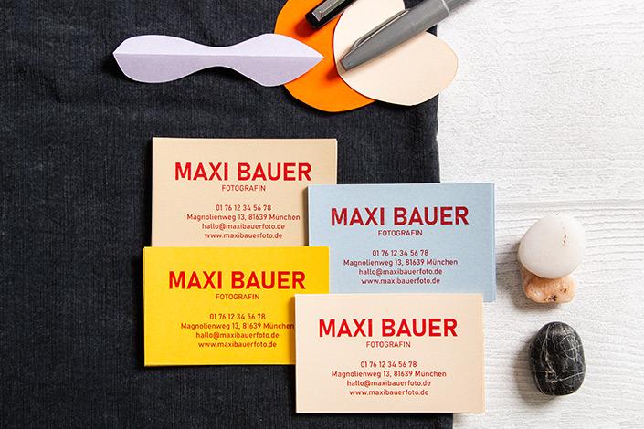Visitenkarten aus verschiedenen Farben der Hot Colors Serie