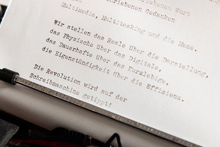Schreibmaschinen-Manifest (Auszug) auf Büttenpapier