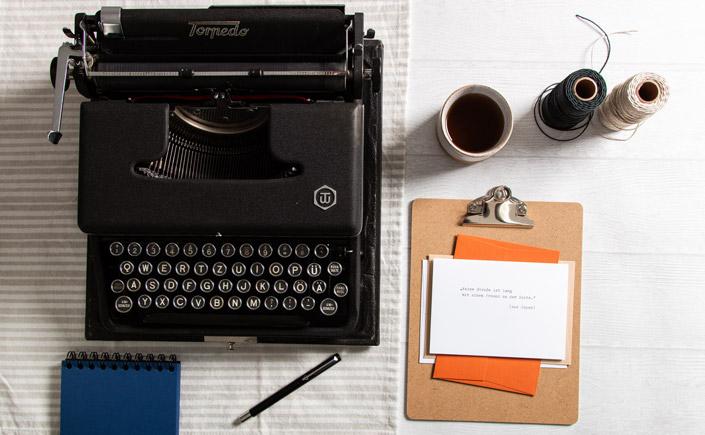Analoge Schreibmaschine mit Postkarte aus der type.Manufaktur