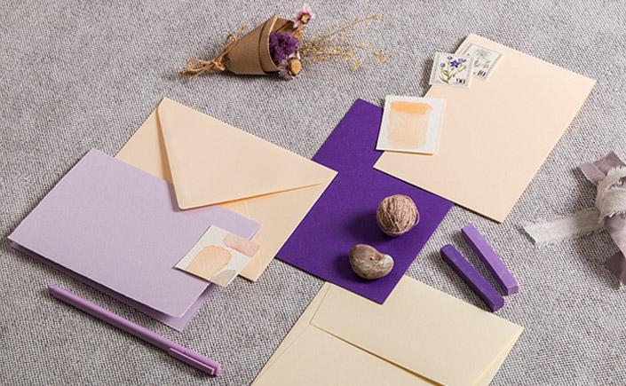 Farbpalette aus vanillefarbenen Karten und Umschlägen mit Lavendel und Violett