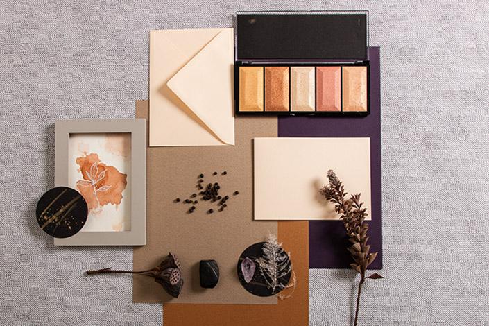 Winterliche Farbkulisse rund um die Vanilla Klappkarten mit Umschlägen bringen wir neben Aubergine und Vanille auch noch Metallicfarben dazu