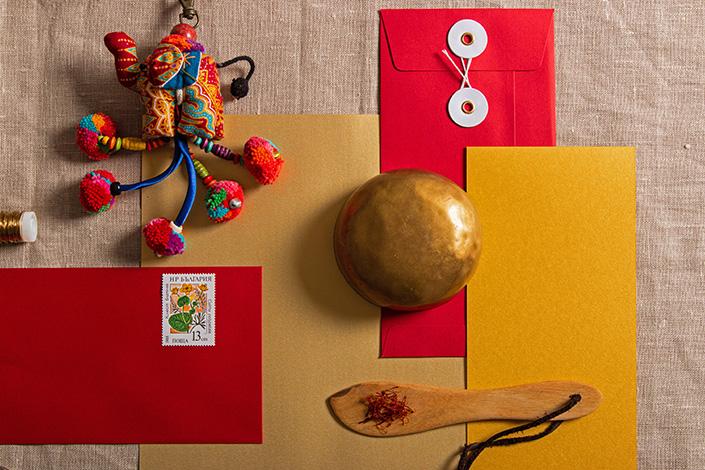 Roter Bindfadenumschlag mit Safran und Stoffelefant aus Indien