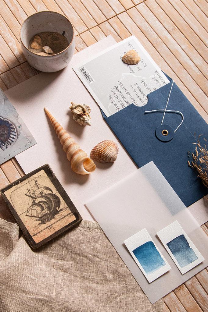 Maritimer Urlaubsgruß mit Postkarte im blauen Bindfadenkuvert