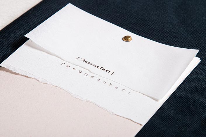 Detailfoto der Freundschaftskarte aus Transparentpapier auf Crush Papieren.