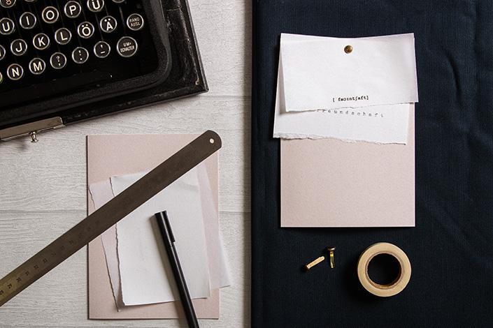 Freundschaftskarte mit gedruckten und auf der Schreibmaschine getippten Papieren.