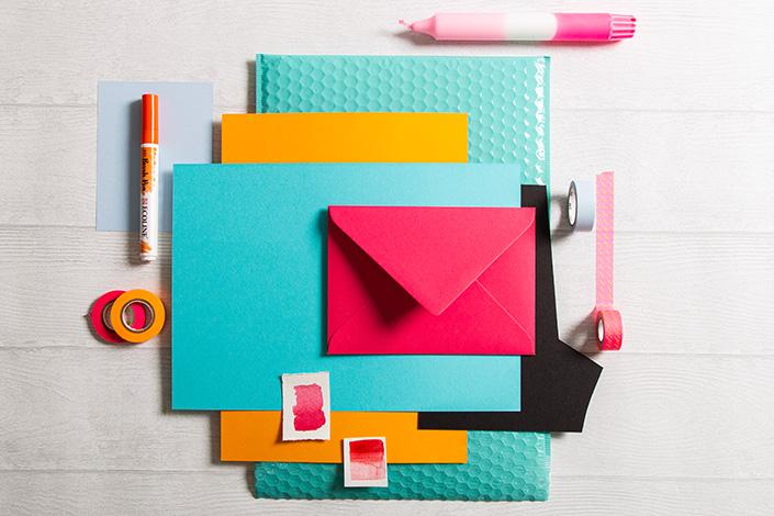 Flatlay zur Sommer Farbpalette rund um Colorplan Hot Pink. Türkis und Orange spielen neben dem Falmingopink die Hauptrollen im Farbmix.