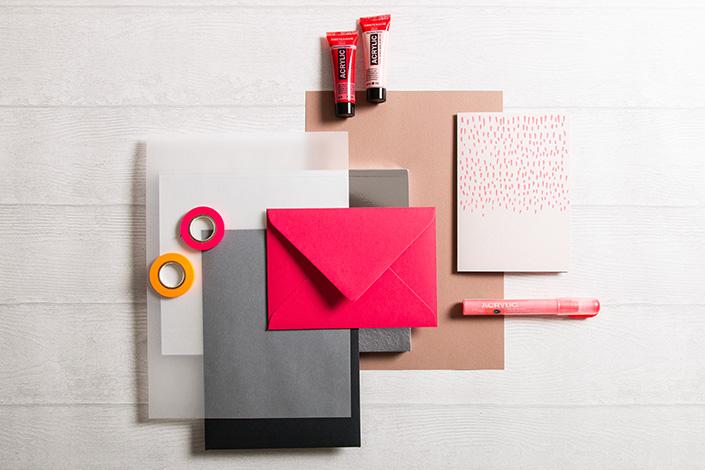 Flatlayfoto der herbstlichen Farbpalette zu Colorplan Flamingopink. Erdige Töne und Transparentpapier runden die Farbkomposition ab.