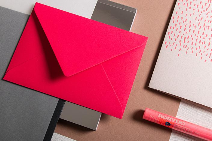 Detailfoto der Colorplan Hot Pink Hülle im Format B6 im Papiermix mit Crush Almond Naturpapier und Transparentpapier.