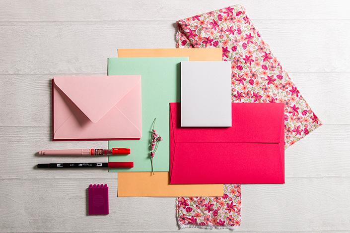 Papiermix in Frühlingsfarben rund um Colorplan Hot Pink.