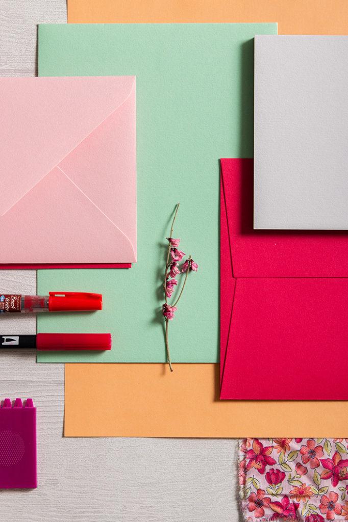 In diesem Hochformatfoto kommen die Farben der Frühlingspalette rund um Colorplan Hot Pink zusammen: Hellgrau, Rosa, Hellgrün und Pink.