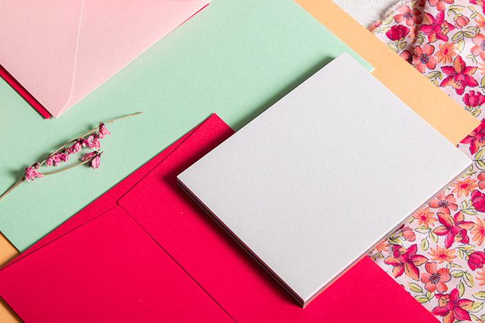 Detailfoto mit genauem Blick auf den Farbmix zu Hot Pink im Frühling.