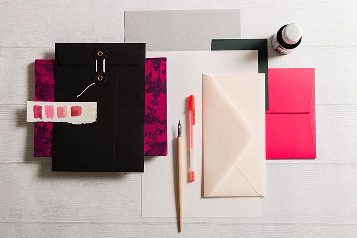 Flatlay Foto der Winterpalette mit Flamingopink, Colorplan Vellum White und hellgrauen Papieren des Countryside Sortiments.