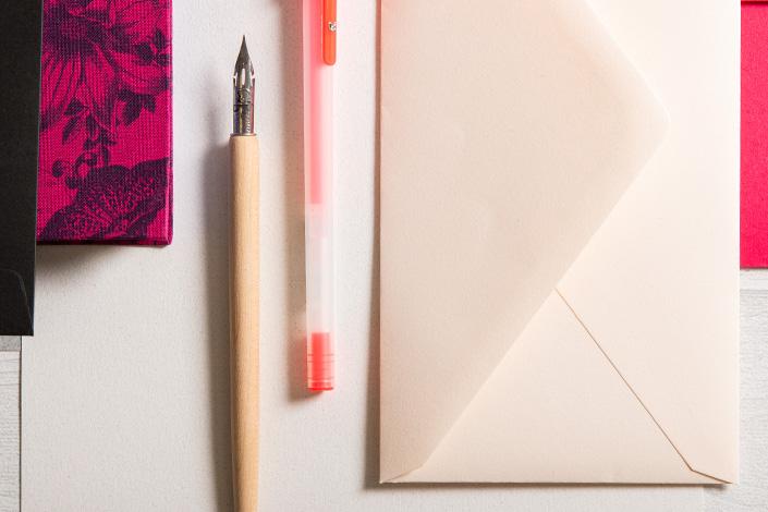 Detailfoto einer chamoisfarbenen Briefhülle im Mix mit Colorplan Flamingopink und Schiefergrau.