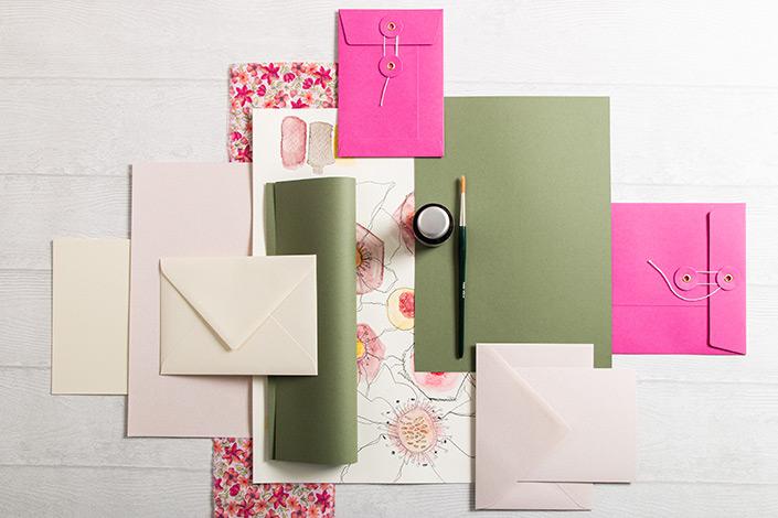 Flatlay Foto der Color Palette aus Colorplan Mid green und frühlingstönen zwischen sanftem Rosa und kräftigem Pink