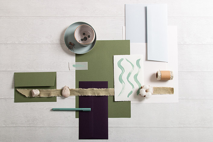 Flatlayfoto der winterlichen Papeterie mit Colorplan Olivgrün.