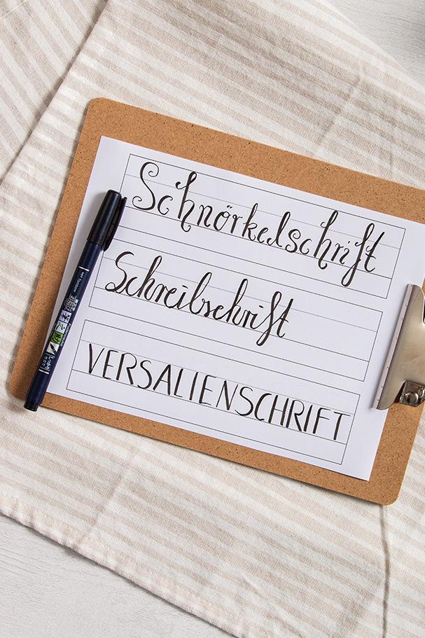 Handlettering Schriftarten auf Übungsblatt mit Hilfslinien