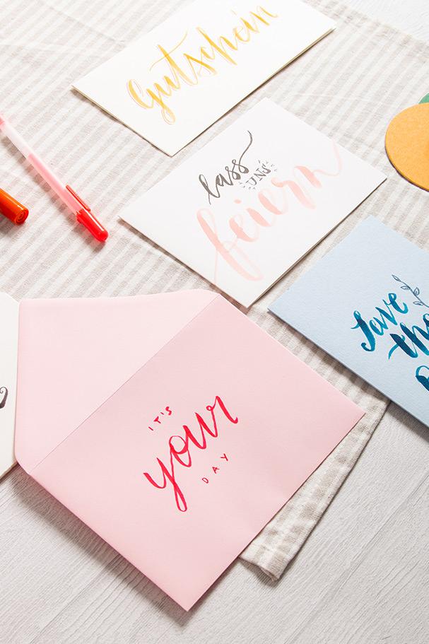 Zusammenstellung von Brush Letterings auf Karten und Briefumschlägen