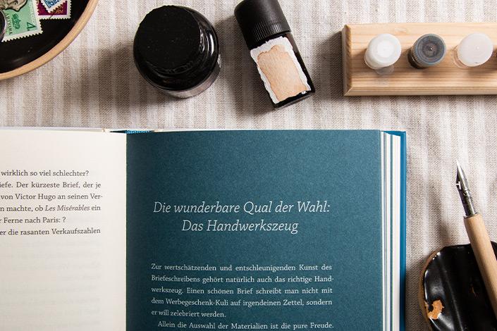 Blick in eine Doppelseite des Buchs von Gaby Trombello-Wirkus und Titus Müller, das zur Wahl der Stifte und Papiere beim Briefeschreiben berät.