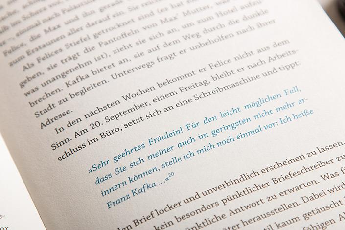 """Detailfoto aus dem Buch """"die fast vergessene Kunst des Briefeschreibens"""" das die einleitenden Worte einen Briefes von Kafka zeigt."""