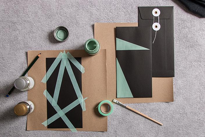 Schwarze Bindfadenhülle mit Washitape beklebt und mit Kreul Nature Farben abstrakt bemalt.