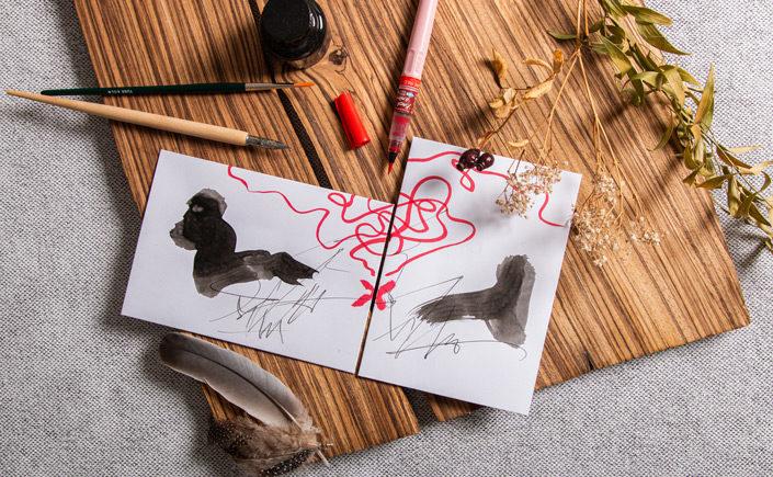 Zwei Hüllen mit Bandfadenverschluss bemalt mit einem abstrakten Motiv einer Schatzkarte. Die Briefe können als Geschenk unter Freundinnen getauscht werden.